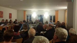 Gerd Köhler übergibt die Petition an den Gemeindevorstand.
